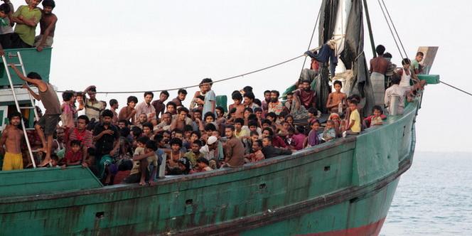 Imigran suku Rohingya dari Myanmar berada di perhu mereka yang terdampar  di perairan Desa  Simpang Tiga, Kecamatan Julok, Aceh Timur, Aceh, Rabu (20/5)